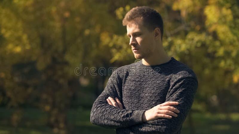 Ανησυχημένο άτομο που αισθάνεται τις αβεβαιότητες στο πάρκο φθινοπώρου, δυσκολίες ζωής, πρόβλημα στοκ εικόνα με δικαίωμα ελεύθερης χρήσης