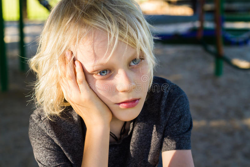 Download Ανησυχημένο, λυπημένο παιδί μόνο στη σχολική παιδική χαρά Στοκ Εικόνα - εικόνα από φοβερίστε, απελπισία: 62712173