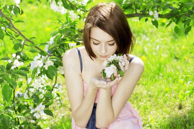 ανθίζοντας δέντρα κοριτσ&i στοκ φωτογραφίες με δικαίωμα ελεύθερης χρήσης