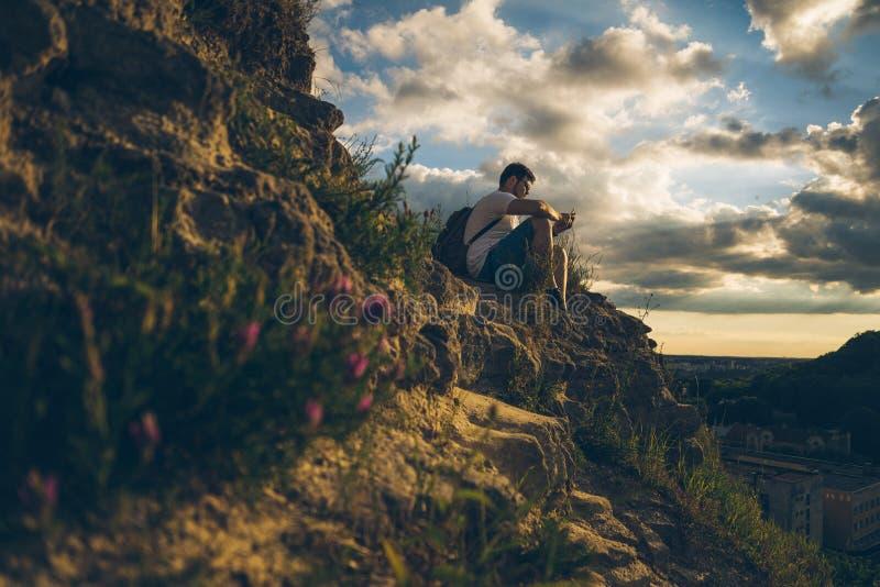 Ανθίζοντας λουλούδια Blured στα βουνά με το άτομο στο υπόβαθρο στοκ εικόνα