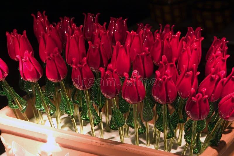 ανθισμένα τριαντάφυλλα χεριών γυαλιού στοκ φωτογραφίες με δικαίωμα ελεύθερης χρήσης