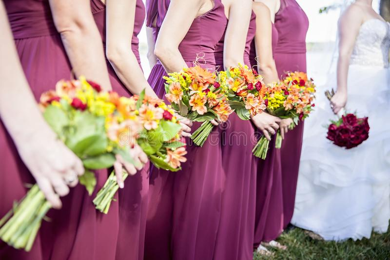 Ανθοδέσμες νυφών και εκμετάλλευσης Bridemaids στοκ εικόνα