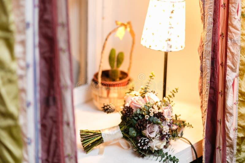 Ανθοδέσμη γαμήλιων νυφών φρέσκος floral Άσπρα λουλούδια βατραχίων στον πίνακα θερμή ατμόσφαιρα βραδιού στοκ εικόνες με δικαίωμα ελεύθερης χρήσης