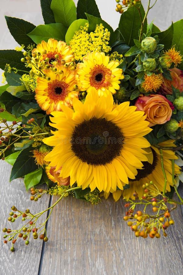 Ανθοδέσμη ηλίανθων στα ζωηρά κίτρινα και πορτοκαλιά χρώματα στοκ φωτογραφία με δικαίωμα ελεύθερης χρήσης