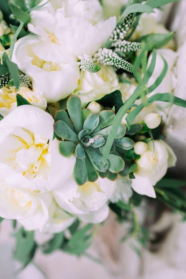 Ανθοδέσμη λουλουδιών γαμήλιων floral διακοσμήσεων με την πρασινάδα στοκ φωτογραφία