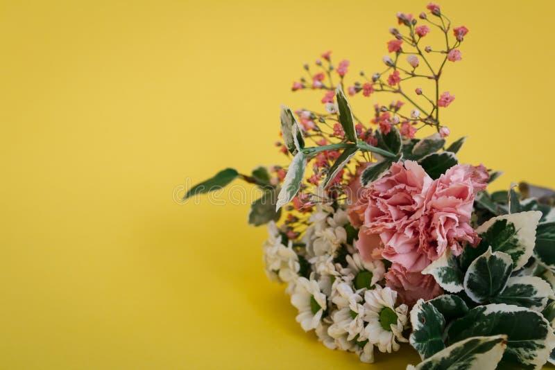 Ανθοδέσμη λουλουδιών στο άνθος στο κίτρινο υπόβαθρο Μπορέστε να χρησιμοποιηθείτε για το γάμο, ημέρα μητέρων, βαλεντίνος στοκ εικόνα