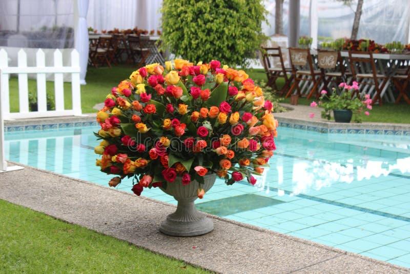 Ανθοδέσμη λουλουδιών τεράστια με τα τριαντάφυλλα πολλών χρωμάτων στοκ φωτογραφία με δικαίωμα ελεύθερης χρήσης