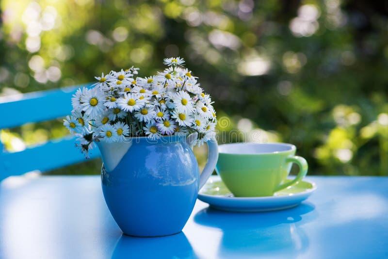 Ανθοδέσμη λουλουδιών της Daisy σε ένα καρδάρι γάλακτος στοκ φωτογραφία