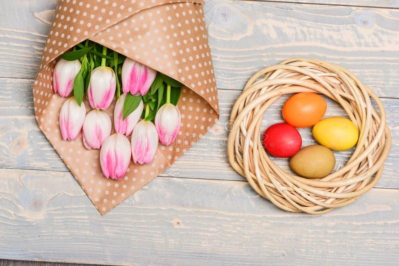 Ανθοδέσμη λουλουδιών τουλιπών Υγιείς και ευτυχείς διακοπές Κυνήγι αυγών o Εορτασμός διακοπών, προετοιμασία χρωματισμένος στοκ φωτογραφία με δικαίωμα ελεύθερης χρήσης