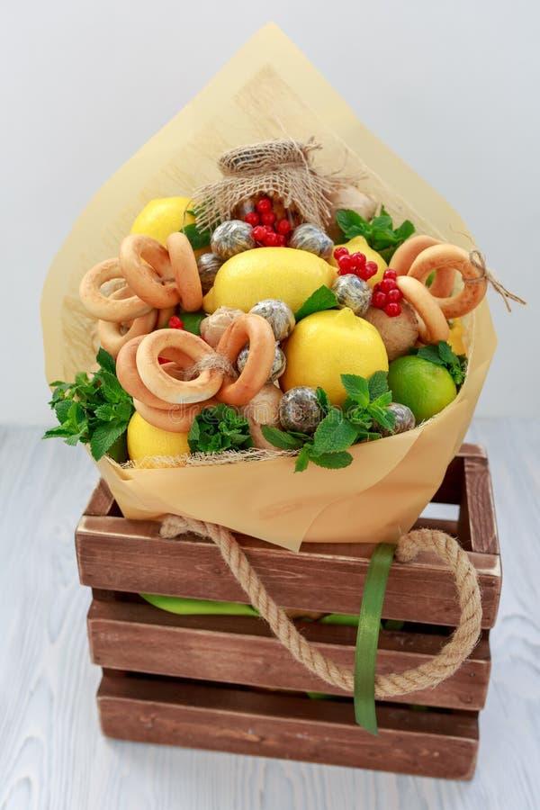 Ανθοδέσμη που αποτελείται από το μέλι, μια δέσμη bagels, των φύλλων μεντών, των λεμονιών, του ασβέστη, της πιπερόριζας και της κό στοκ φωτογραφία με δικαίωμα ελεύθερης χρήσης
