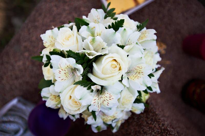 Ανθοδέσμη των άσπρων τριαντάφυλλων και του κρίνου λουλουδιών στοκ φωτογραφία