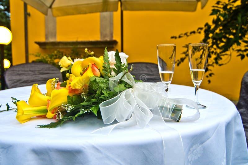 Ανθοδέσμη των κίτρινων, κόκκινων και πορτοκαλιών και ρόδινων λουλουδιών με δύο glas στοκ φωτογραφία με δικαίωμα ελεύθερης χρήσης