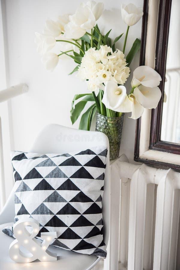 Ανθοδέσμη των λουλουδιών άνοιξη στις εσωτερικές, άσπρες τουλίπες δωματίων και daf στοκ φωτογραφία με δικαίωμα ελεύθερης χρήσης