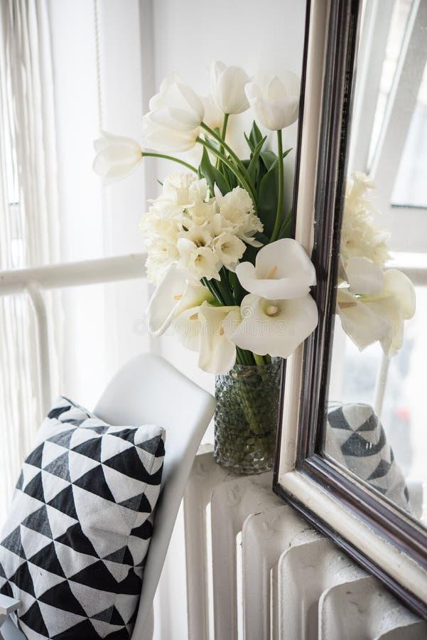 Ανθοδέσμη των λουλουδιών άνοιξη στις εσωτερικές, άσπρες τουλίπες δωματίων και daf στοκ φωτογραφίες