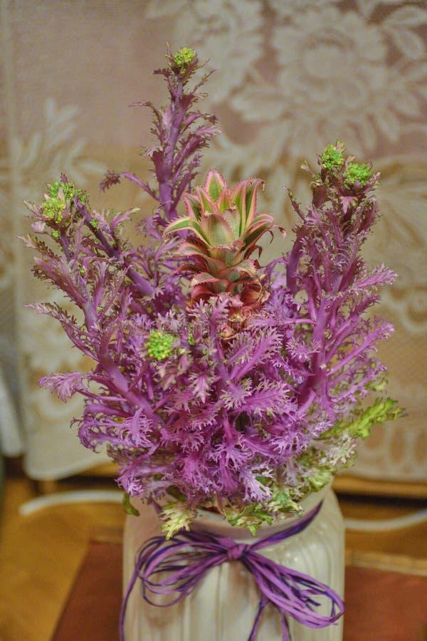 Ανθοδέσμη των λουλουδιών από το λάχανο και τον ανανά στοκ φωτογραφίες