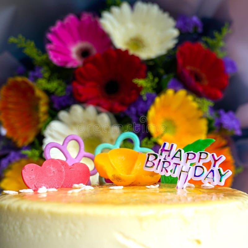 Ανθοδέσμη των λουλουδιών και cheesecake μαργαριτών gerbera στοκ εικόνες