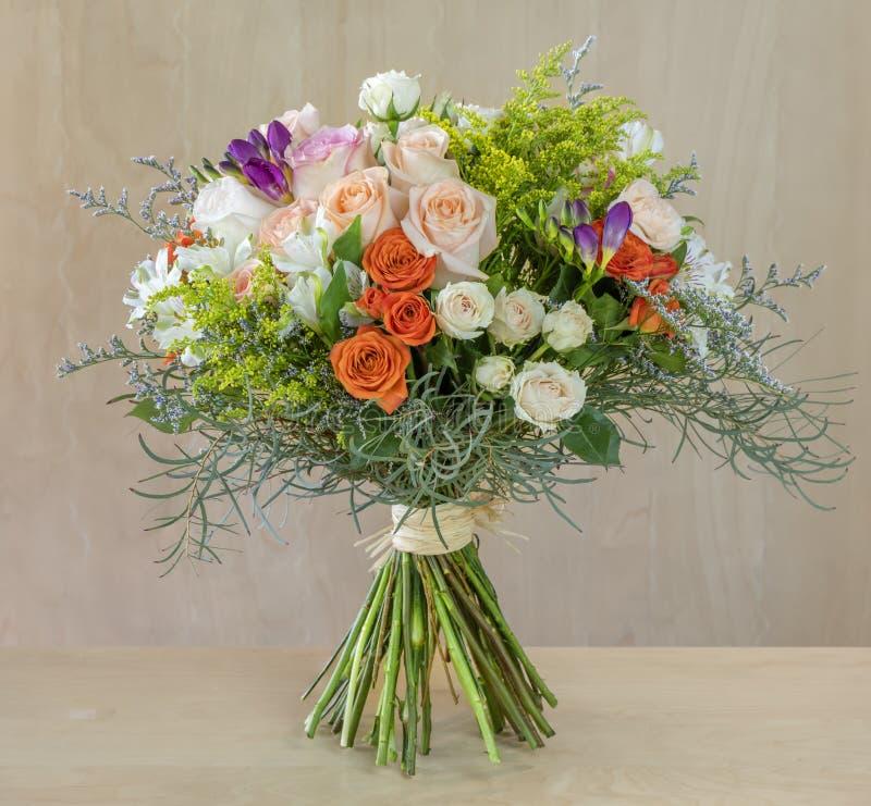 Ανθοδέσμη των λουλουδιών, πολύχρωμα τριαντάφυλλα με τα πράσινα φύλλα στοκ φωτογραφία με δικαίωμα ελεύθερης χρήσης