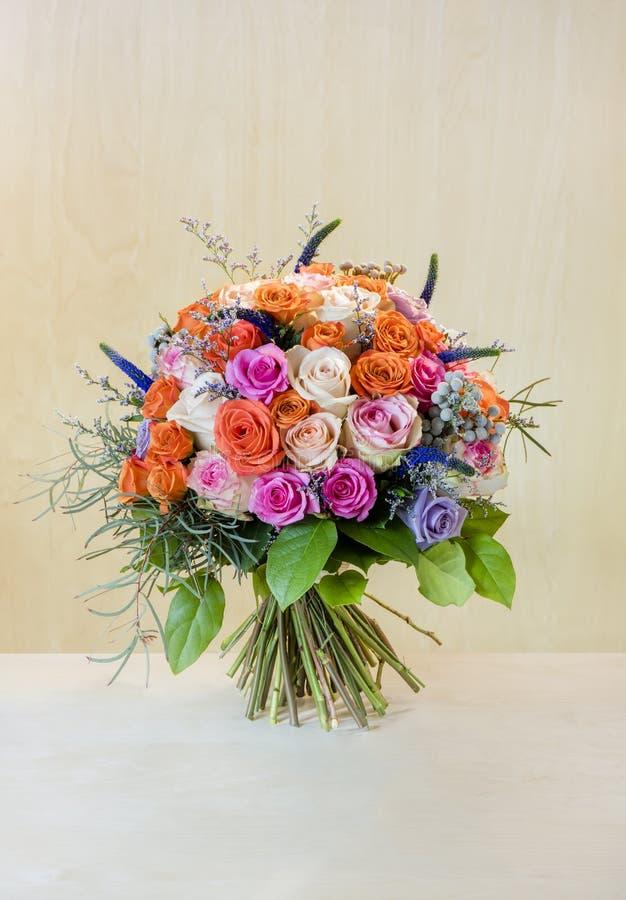 Ανθοδέσμη των λουλουδιών, πολύχρωμα τριαντάφυλλα με τις πράσινες στάσεις φύλλων στοκ φωτογραφία με δικαίωμα ελεύθερης χρήσης