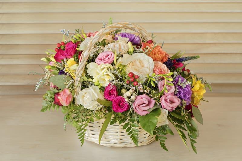Ανθοδέσμη των λουλουδιών, πολύχρωμα τριαντάφυλλα με τις πράσινες στάσεις φύλλων στοκ εικόνες