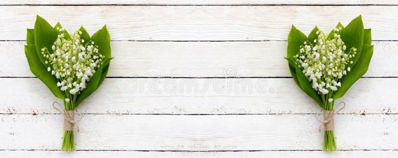 Ανθοδέσμη των λουλουδιών του ευώδους κρίνου της κοιλάδας σε ένα άσπρο ξύλινο υπόβαθρο με το διάστημα αντιγράφων στοκ φωτογραφίες με δικαίωμα ελεύθερης χρήσης