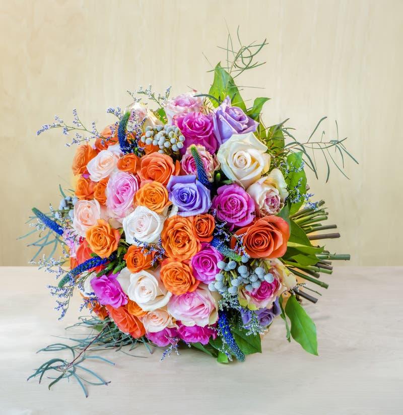 Ανθοδέσμη των λουλουδιών, τριαντάφυλλα σε έναν γκρίζο πίνακα στοκ εικόνες