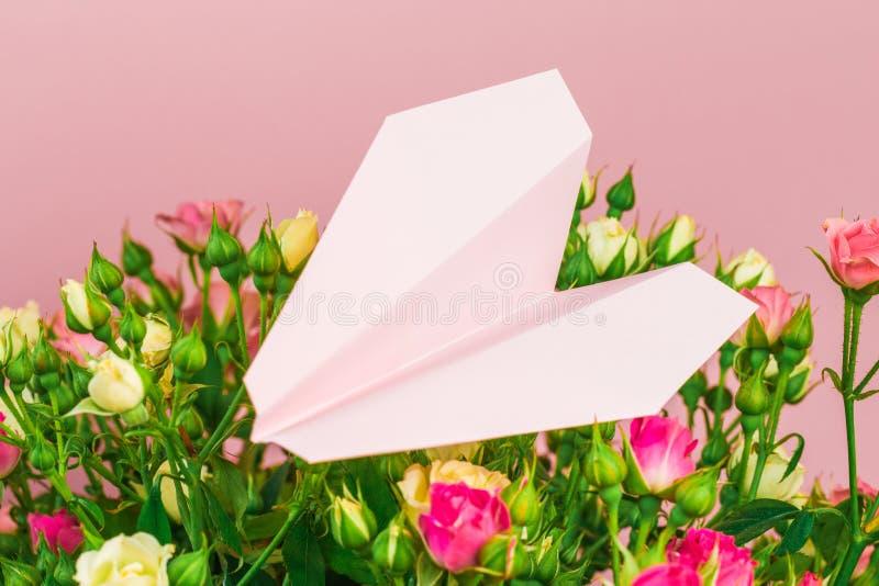 Ανθοδέσμη των μικρών χρωματισμένων τριαντάφυλλων σε ένα ροδαλό αεροπλάνο εγγράφου υποβάθρου 6ος - εικόνα στοκ φωτογραφία με δικαίωμα ελεύθερης χρήσης