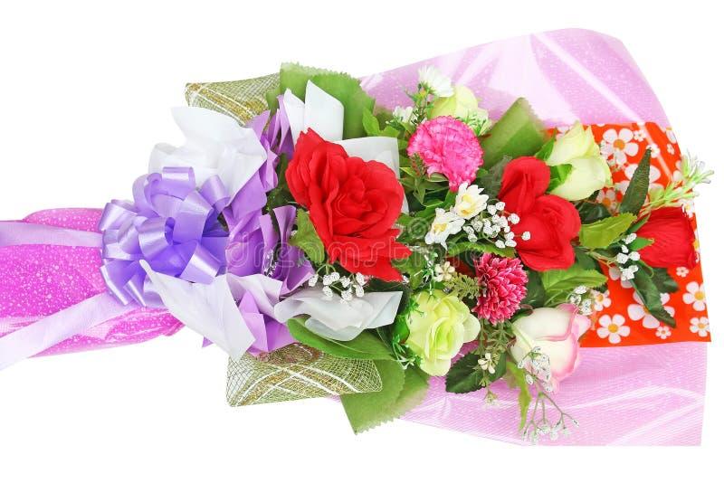 Ανθοδέσμη των πολύχρωμων τεχνητών λουλουδιών που απομονώνονται στην άσπρη πλάτη στοκ εικόνα