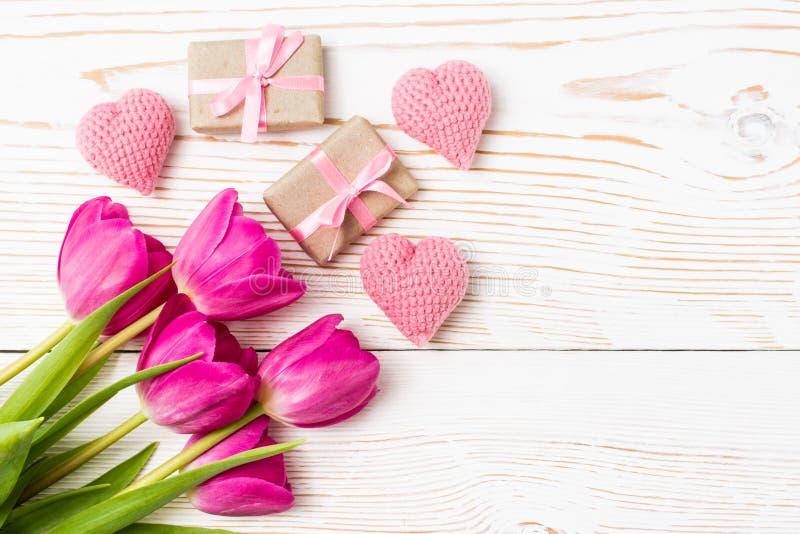 Ανθοδέσμη των τουλιπών, των δώρων και των καρδιών σε ένα άσπρο ξύλινο υπόβαθρο στοκ φωτογραφία με δικαίωμα ελεύθερης χρήσης
