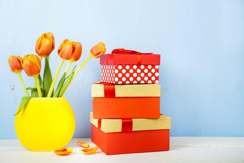 Ανθοδέσμη των τουλιπών και των δώρων στοκ εικόνα
