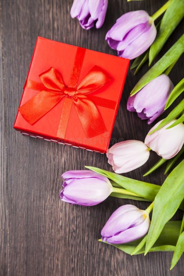 Ανθοδέσμη των τουλιπών και ενός δώρου στοκ φωτογραφία