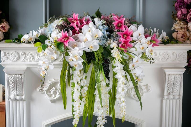 Ανθοδέσμη των όμορφων μικτών λουλουδιών στο βάζο στην εστία Καλή δέσμη των λουλουδιών Εργασία του επαγγελματικού γάμου ανθοκόμων  στοκ εικόνες