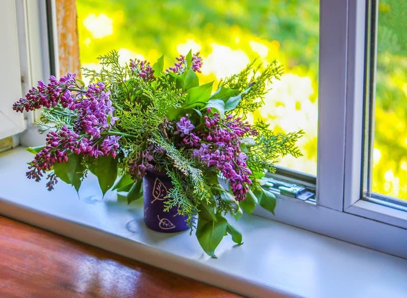 Ανθοδέσμη των vulgaris λουλουδιών lillac ή syringa σε μια στρωματοειδή φλέβα παραθύρων στοκ φωτογραφία με δικαίωμα ελεύθερης χρήσης