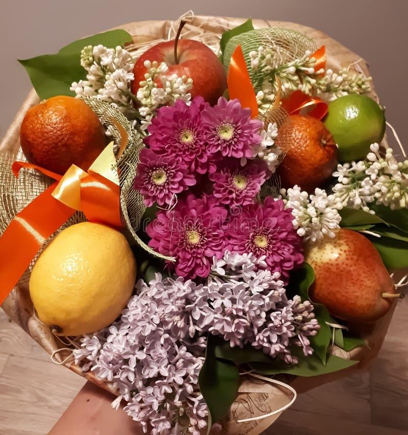 Ανθοδέσμη, φρούτα, λουλούδια, όμορφος, φωτεινός, ζωηρόχρωμα στοκ εικόνα