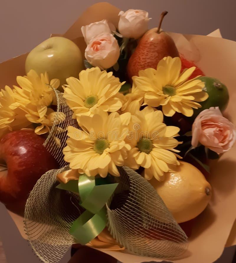 Ανθοδέσμη, φρούτα, λουλούδια, όμορφος, φωτεινός, ζωηρόχρωμα στοκ εικόνα με δικαίωμα ελεύθερης χρήσης
