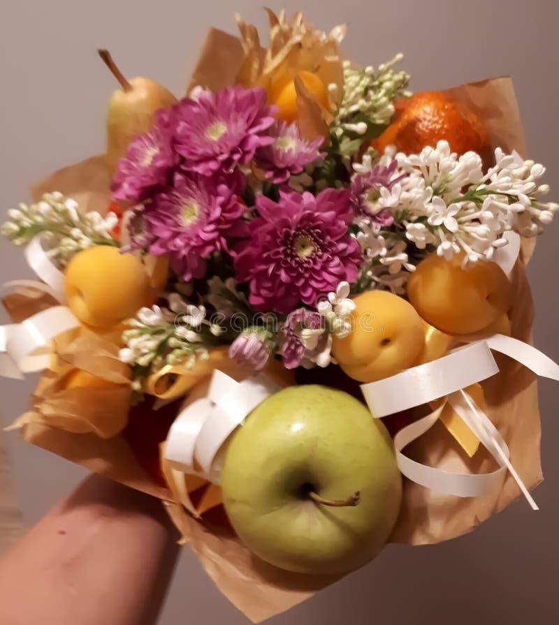 Ανθοδέσμη, όμορφος, ευγενής, ασυνήθιστη, λουλούδια, φρούτα, φωτεινός, ζωηρόχρωμα στοκ φωτογραφία με δικαίωμα ελεύθερης χρήσης