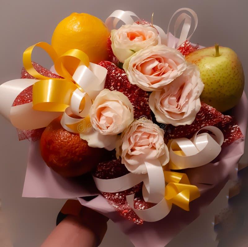 Ανθοδέσμη, όμορφος, ευγενής, ασυνήθιστη, λουλούδια, φρούτα, φωτεινός, ζωηρόχρωμα στοκ φωτογραφίες με δικαίωμα ελεύθερης χρήσης