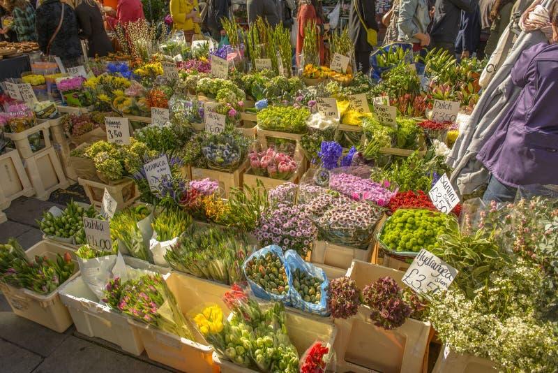 Ανθοκόμος και φρέσκα λουλούδια στην αγορά Portobello στο Νότινγκ Χιλ στοκ φωτογραφία