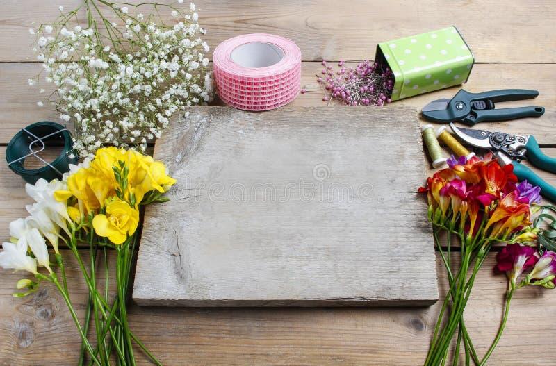 Ανθοκόμος στην εργασία Γυναίκα που κάνει την ανθοδέσμη των λουλουδιών freesia άνοιξη στοκ εικόνα