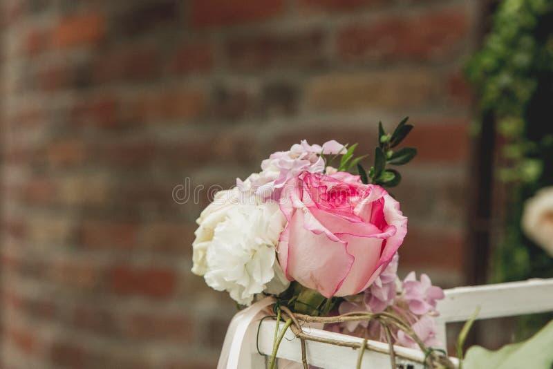 Ανθοκόμος στην εργασία: πώς να κάνει τη γαμήλια διακόσμηση με εκλεκτής ποιότητας bir στοκ εικόνες