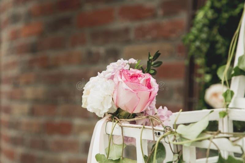 Ανθοκόμος στην εργασία: πώς να κάνει τη γαμήλια διακόσμηση με εκλεκτής ποιότητας bir στοκ εικόνες με δικαίωμα ελεύθερης χρήσης