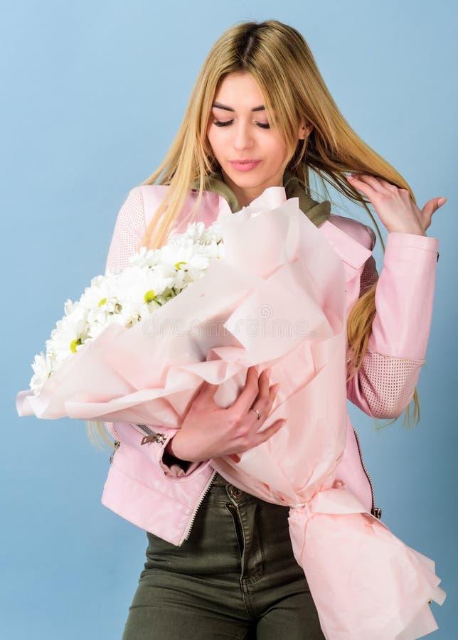 Ανθοκόμος στο ανθοπωλείο Όμορφη γυναίκα με την ανθοδέσμη λουλουδιών μαργαριτών : Άνοιξη και καλοκαίρι ημέρα γυναικών Αρκετά στοκ εικόνα