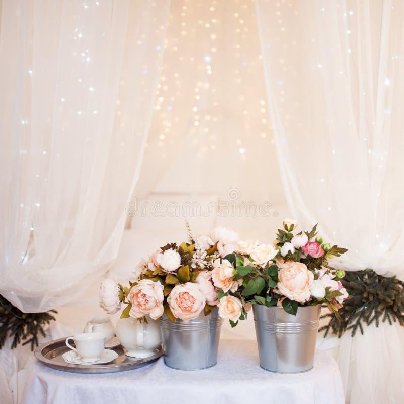 Ανθοδέσμες των λουλουδιών στην κρεβατοκάμαρα, εσωτερικό ντεκόρ στοκ εικόνες
