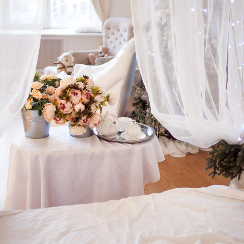 Ανθοδέσμες των λουλουδιών στην κρεβατοκάμαρα, εσωτερικό ντεκόρ, ρομαντική ρύθμιση στοκ εικόνες με δικαίωμα ελεύθερης χρήσης