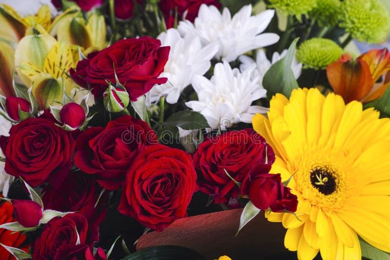 Ανθοδέσμη με τα σκούρο κόκκινο τριαντάφυλλα, τα άσπρα χρυσάνθεμα και τα gerberas στοκ φωτογραφία με δικαίωμα ελεύθερης χρήσης