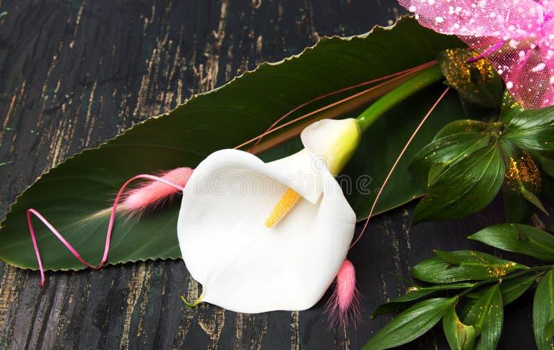 Ανθοδέσμη λουλουδιών κρίνων της Calla σε έναν πίνακα στοκ φωτογραφία με δικαίωμα ελεύθερης χρήσης