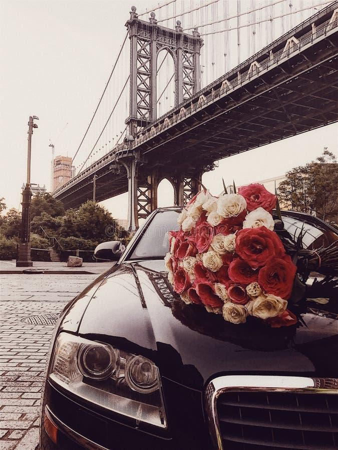Ανθοδέσμη λουλουδιών πολυτέλειας και υπηρεσία αυτοκινήτων limousine για τη ρομαντική ημερομηνία στην πόλη στοκ εικόνες