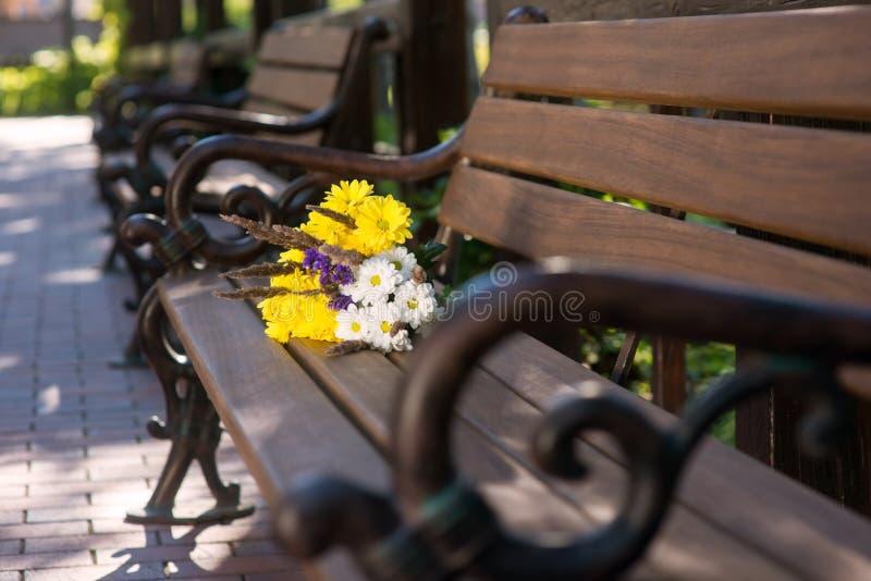 Ανθοδέσμη στον καφετή πάγκο στοκ φωτογραφίες με δικαίωμα ελεύθερης χρήσης