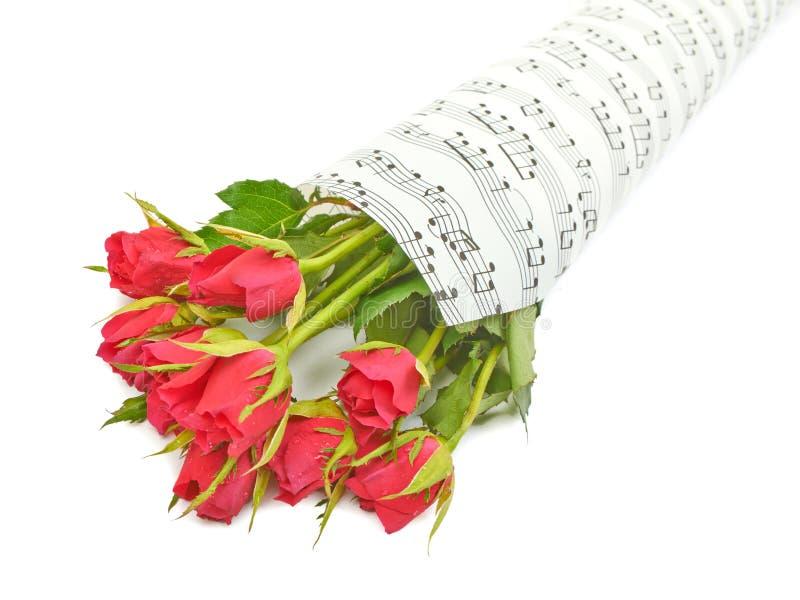 Ανθοδέσμη των κόκκινων τριαντάφυλλων σε ένα υπόβαθρο στοκ εικόνα με δικαίωμα ελεύθερης χρήσης