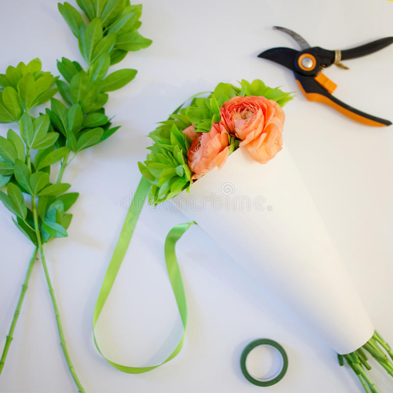 Ανθοδέσμη των λουλουδιών στον υπολογιστή γραφείου σας, δώρο, ανθοκόμος εργασιακών χώρων στοκ εικόνες με δικαίωμα ελεύθερης χρήσης