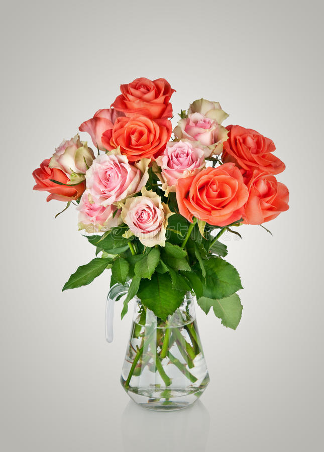 Ανθοδέσμη των ρόδινων τριαντάφυλλων σε ένα βάζο στοκ εικόνα